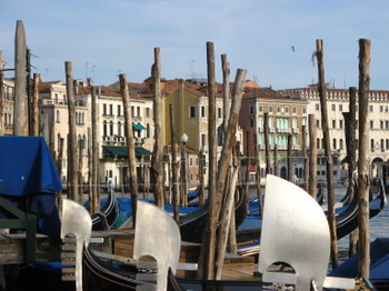 Venice_palaces_and_gondolas